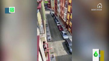 Escancian sidra en un balcón