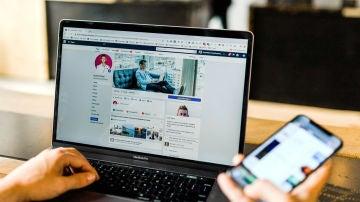 Página de Facebook en la pantalla de un portátil
