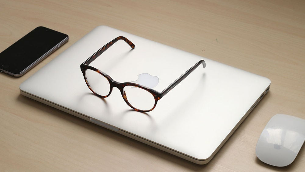 Unas gafas sobre un MacBook