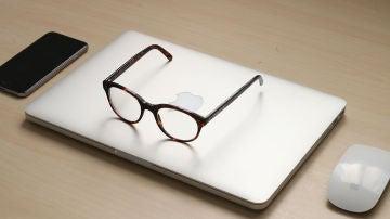 Unas gafas sobre un MacBook