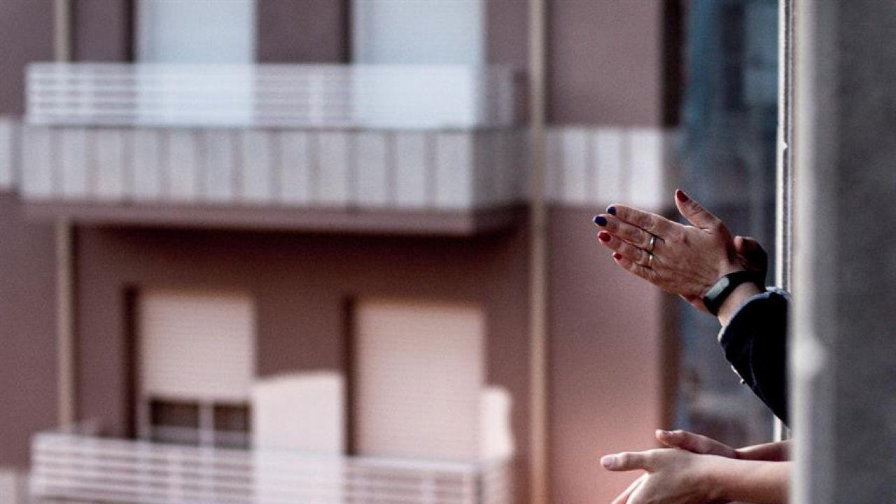 Aplaudir desde ventanas y balcones se ha convertido en un símbolo de apoyo a los sanitarios