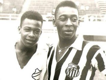Pelé, junto a su hermano.