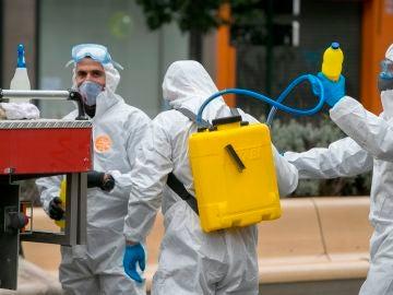 Militares del la Unidad Militar de Emergencias (UME) trabajan para desinfectar instalaciones