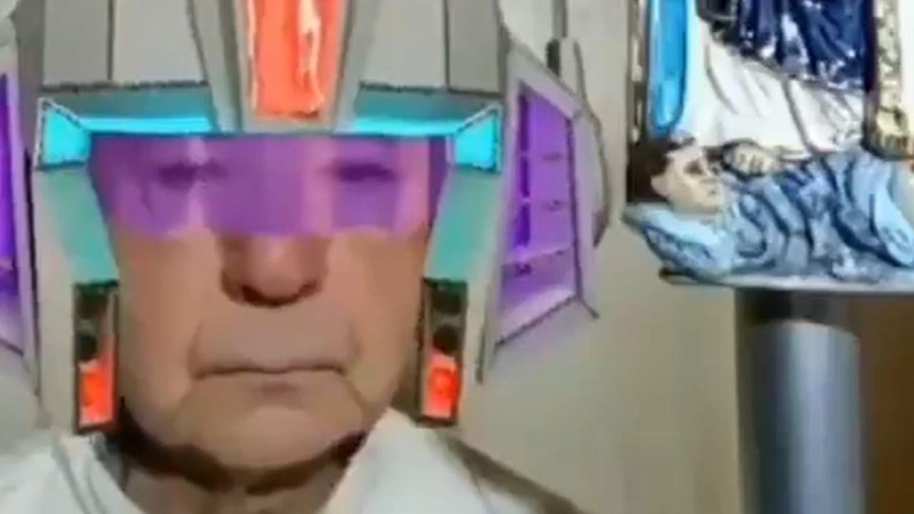El sacerdote italiano con uno de los filtros