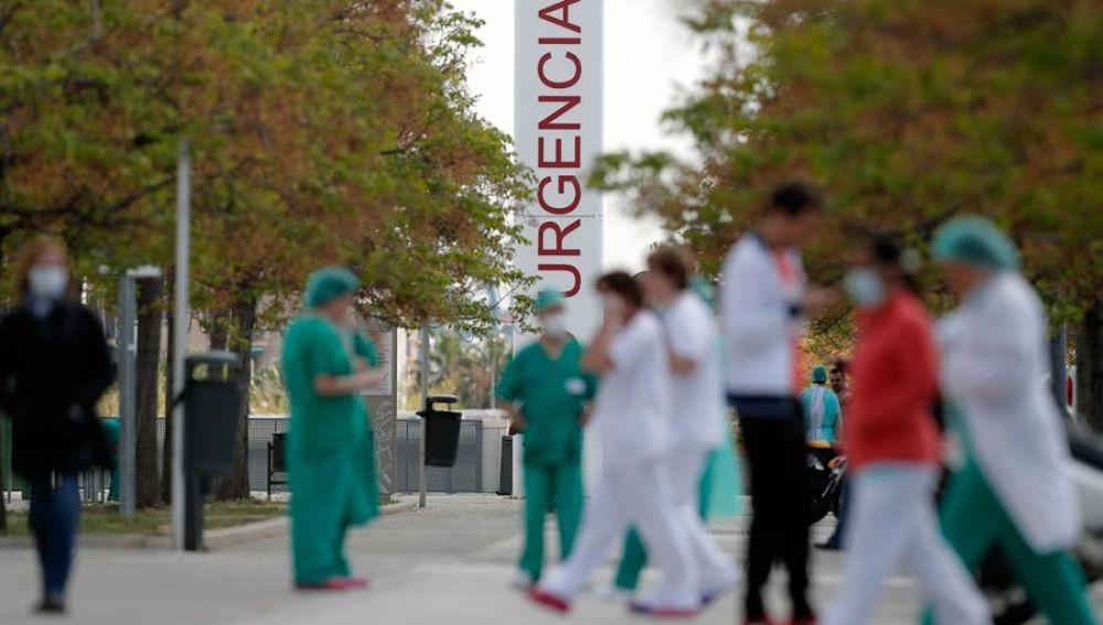 Profesionales sanitarios ante las Urgencias del Hospital de la Fe