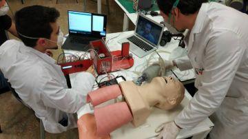 Respiradores y pantallas protectoras hechas en la universidad