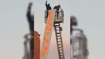 El alentador mensaje de apoyo de los bomberos de Parla a los vecinos en medio de un aplauso