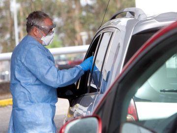 Prueba del coronavirus en el coche en un hospital gallego