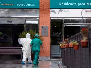 Un equipo médico del servicio murciano de salud a su llegada a la residencia de mayores Caser, de Santo Ángel en Murcia