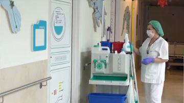 Imagen de una mujer limpiando un centro sanitario