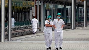 Personal sanitario descansa en los exteriores del Hospital de Ifema, este viernes en Madrid.