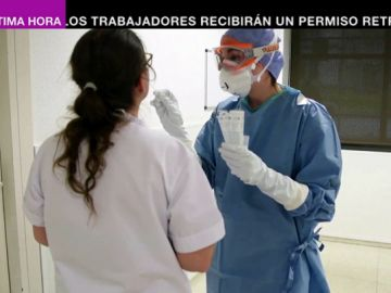 Un sanitario realiza un test del coronavirus