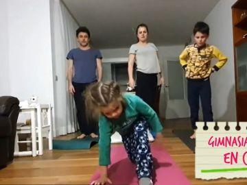 Miguel Rabaneda haciendo gimnasia con su familia durante el confinamiento