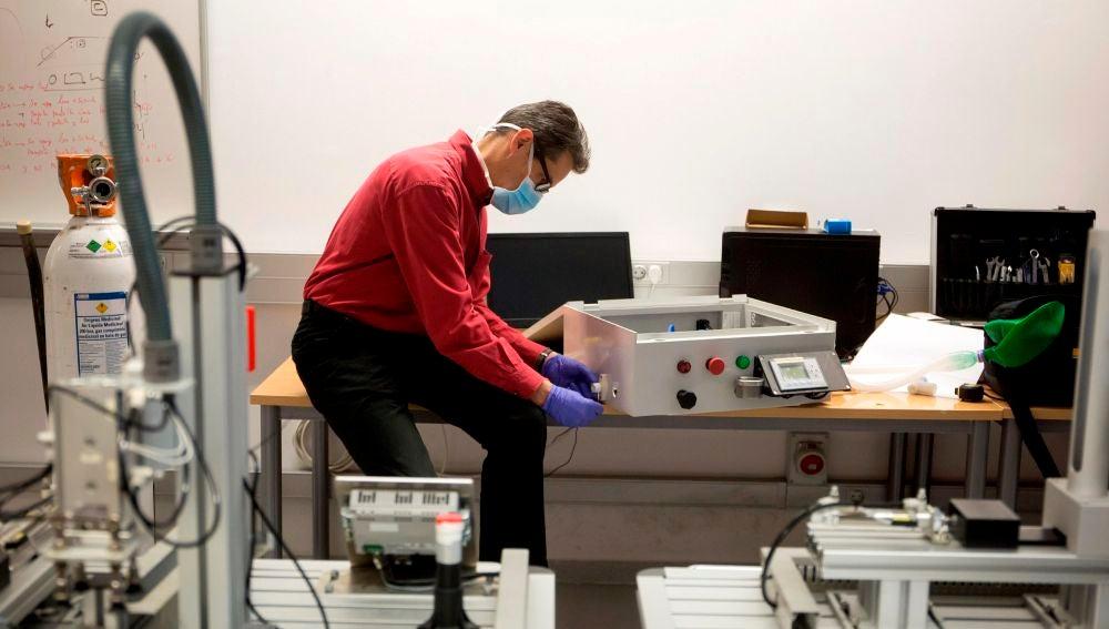 El cirujano cardiovascular del Hospital Regional de Málaga Ignacio Díaz de Tuesta revisa el modelo de respirador 'Málaga Respira 3'
