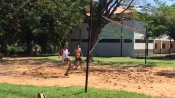 Ronaldinho jugando al futvóley en la cárcel