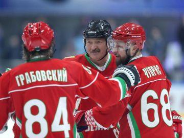 El presidente bielorruso jugó un partido de hockey amateur.