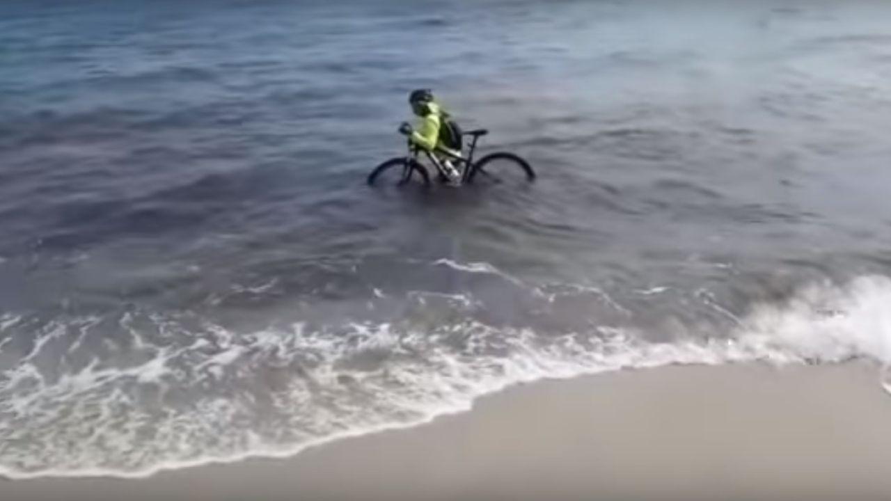 El ciclista se sumergió en el mar para evitar ser multado