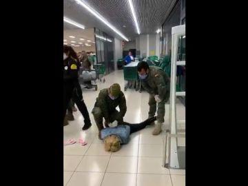 Militares intervienen en un Mercadona para detener a una mujer que agredía al personal de seguridad.