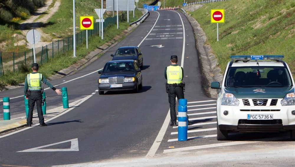 La Guardia Civil realiza un control de carretera.