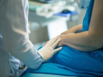 Un profesional sanitario atiende a un paciente