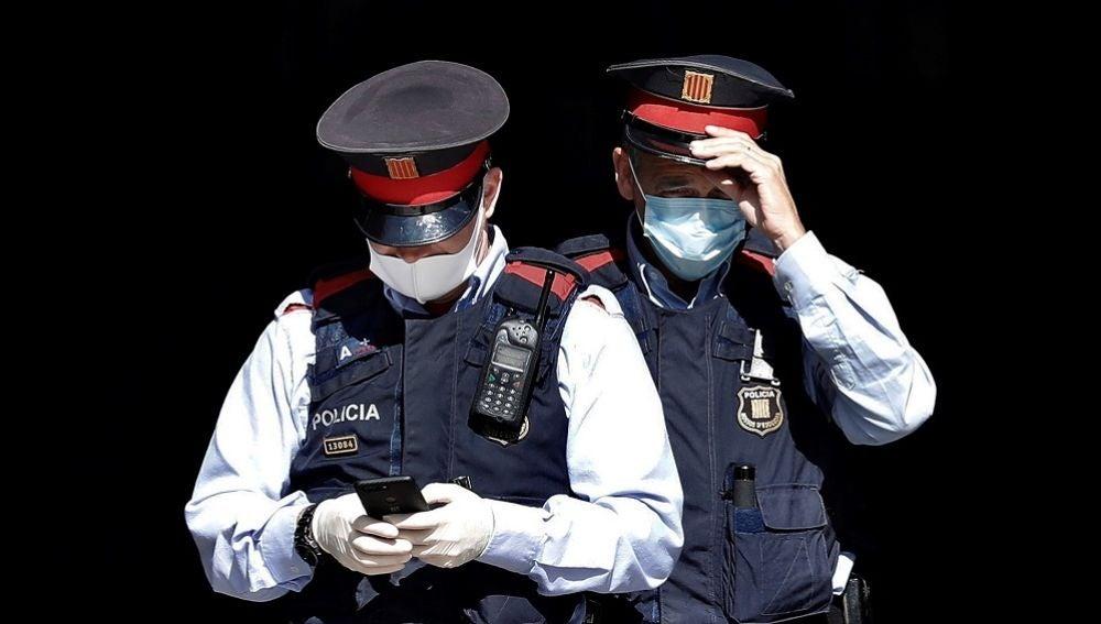 Dos mossos en una imagen de archivo
