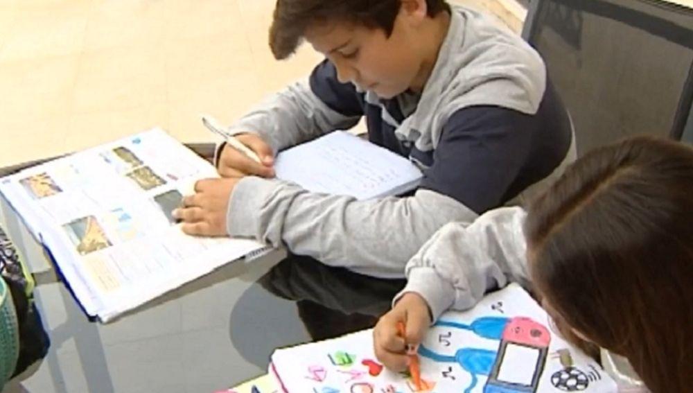 Imagen de niños realizando los deberes del colegio