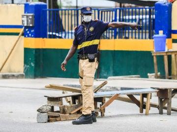 Un agente de movilidad da instrucciones en Nigeria en plena crisis por el coronavirus