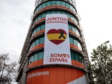 Imagen de la sede nacional de Ciudadanos con un crespón negro en memoria de las víctimas del coronavirus