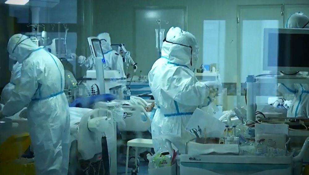 Imagen de sanitarios con material de protección