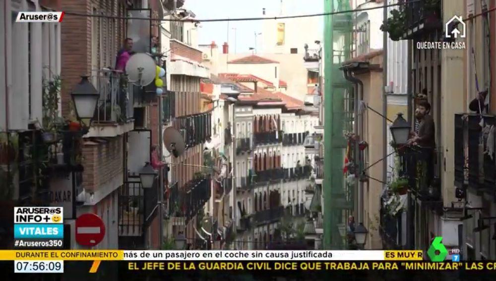 """La 'Fregonada de Lavapiés': el gesto de unos vecinos para """"limpiar Madrid del virus"""""""