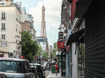 Una mujer corre por las calles vacías de París durante el confinamiento por el coronavirus