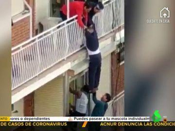 Vecinos de Fuenlabrada salvan a un hombre de caer al vacío desde su balcón