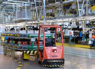 Un vehículo con guiado automático, circula por la planta del Grupo Renault en Valladolid.