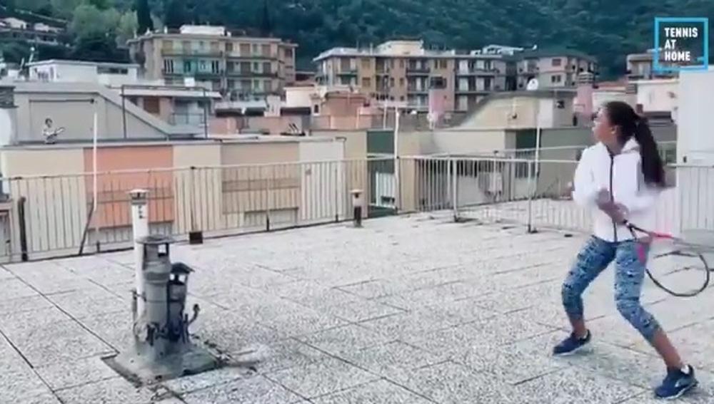 Dos niñas juegan al tenis desde las azoteas