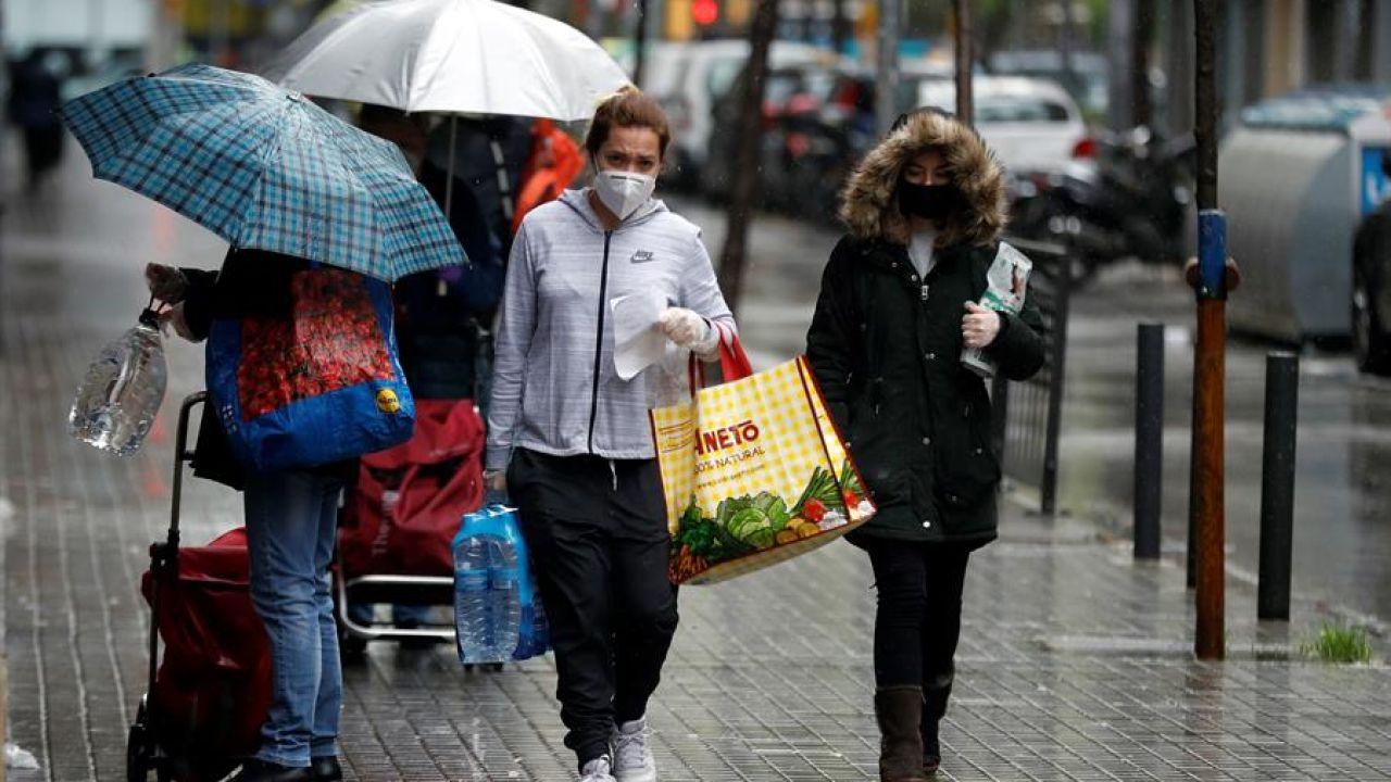 Una mujer camina por una calle de L'Hospitalet durante el estado de alarma