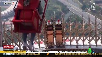 Una turista sufre un accidente debido al fallo de una atracción: el tenso momento en el que las vallas de seguridad no se abren