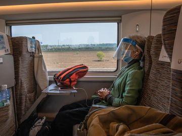 Una pasajera durante un viaje entre Wuhan y Pekín