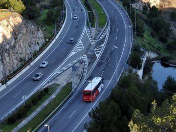 Coches circulando por carretera