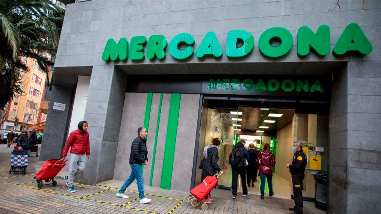 Clientes guardan la distancia de seguridad en la entrada de un Mercadona