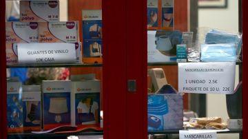 Vista de una ortopedia anunciando guantes y mascarillas en Barcelona