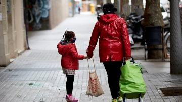 Una niña camina junto a su madre (Archivo)