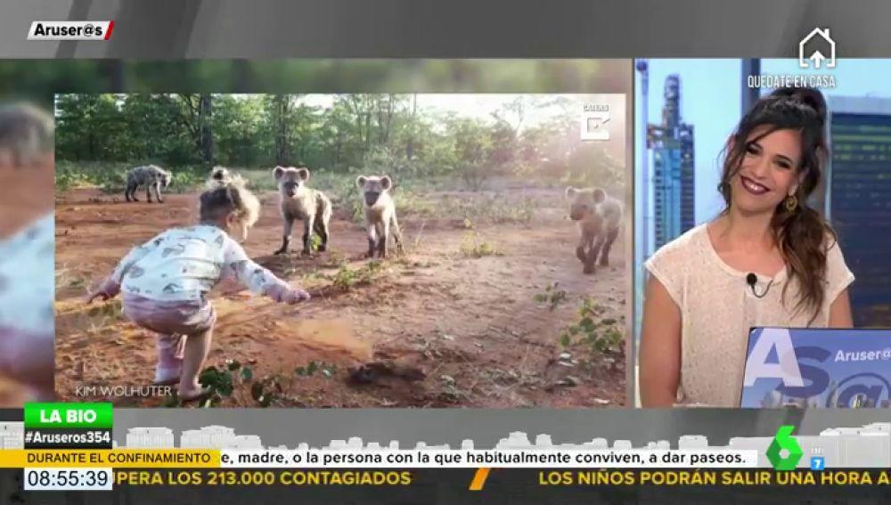 Niña de 2 años juega con una manada de hienas