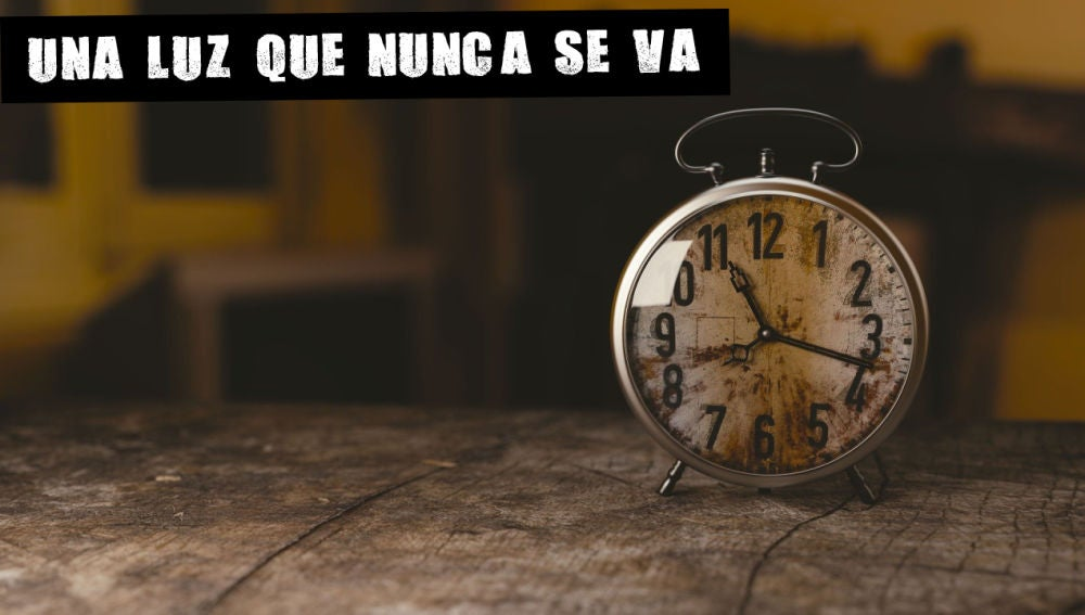 Un reloj sobre la mesa