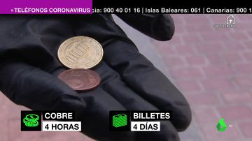 Imagen de una persona que lleva un guante y tiene dinero en metálico