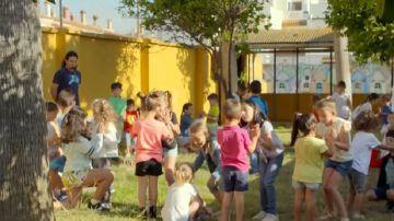 Imatge de nens en un pati d'escola