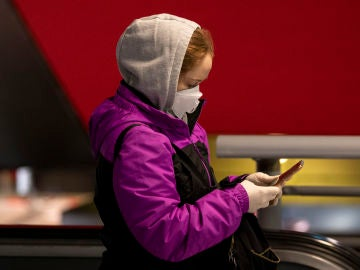 Una ciudadana consulta su teléfono móvil