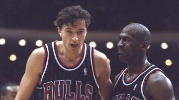 Toni Kukoc, con Michael Jordan