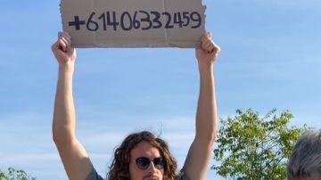 Stefanos Tsitsipas, mostrando el número de Nick Kyrgios