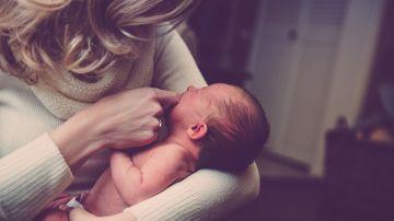 Imagen de archivo de una madre con su hijo recién nacido.