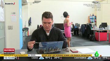 La 'pillada' de Carlos Quílez 'a lo Alfonso Merlos' con una reportera semidesnuda pasando detrás de él en la redacción